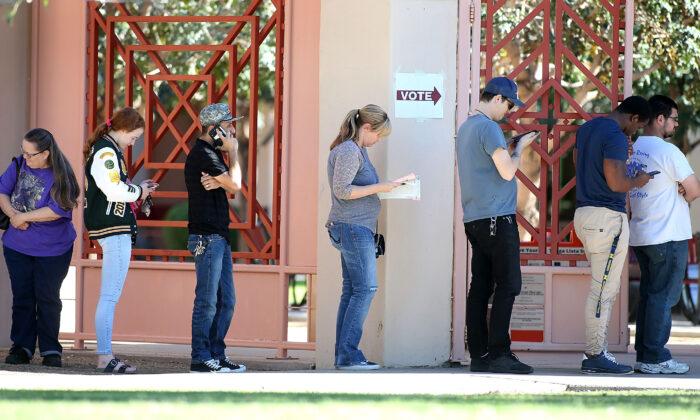 Votantes de Arizona esperan en fila para emitir su voto en un centro de votación durante las elecciones de mitad de período en Phoenix, Arizona, el 6 de noviembre de 2018. (Ralph Freso/Getty Imágenes)