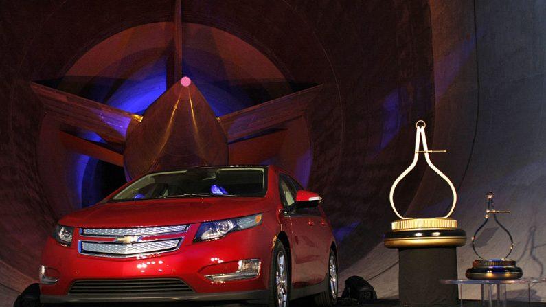 El vehículo eléctrico Chevrolet Volt se encuentra frente al gigantesco motor de turbina de túnel de viento de GM después de haber sido nombrado Coche del Año de Motor Trends en el Laboratorio de Aerodinámica de General Motors el 16 de noviembre de 2010 en Warren, Michigan. (Bill Pugliano/Getty Images)