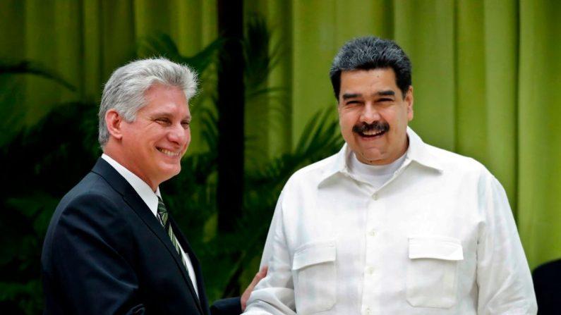 El líder comunista cubano Miguel Díaz-Canel (i) se da la mano con el mandatario chavista venezolano Nicolás Maduro (d) a su llegada a la XVI Cumbre de la Alianza Bolivariana para los Pueblos de Nuestras Américas (ALBA) en La Habana, el 14 de diciembre de 2018. (ERNESTO MASTRASCUSA / AFP / Getty Images)