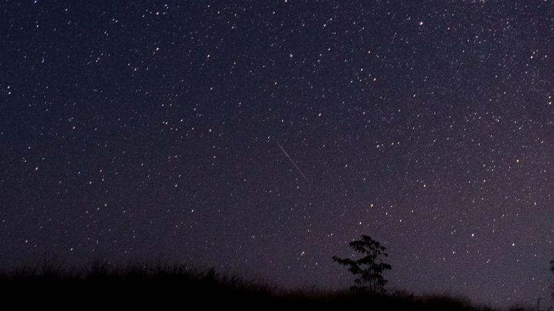 Fotografía tomada en diciembre de 2018 que muestra a un meteorito que recorre el cielo nocturno de Myanmar durante la lluvia de meteoros Gemínidas visto desde el municipio de Wundwin cerca de la ciudad de Mandalay (Créditos YE AUNG THU/AFP vía Getty Images)