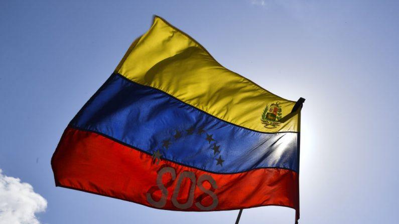 Vista de una bandera nacional venezolana que lee S.O.S. en Caracas el 4 de marzo de 2019. (YURI CORTEZ / AFP / Getty Images)