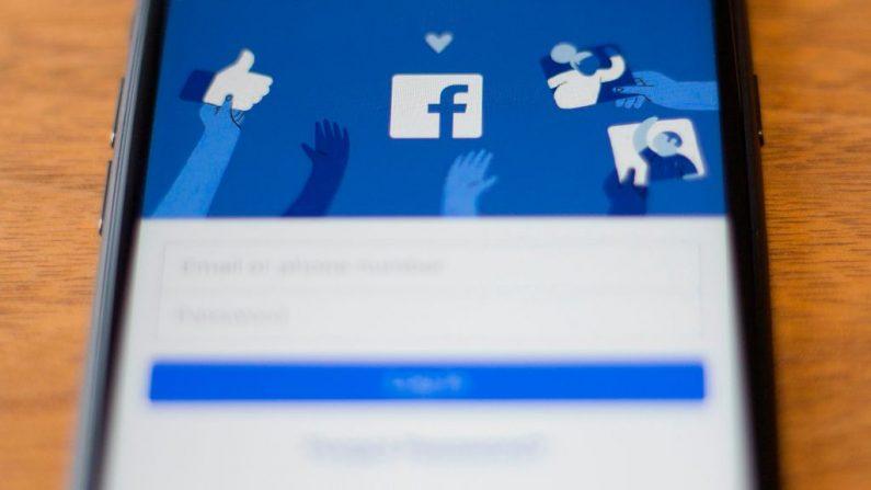 O logotipo do Facebook é visto em um telefone nesta ilustração fotográfica em Washington, DC, em 10 de julho de 2019 (DENIS CHARLET / AFP via Getty Images)