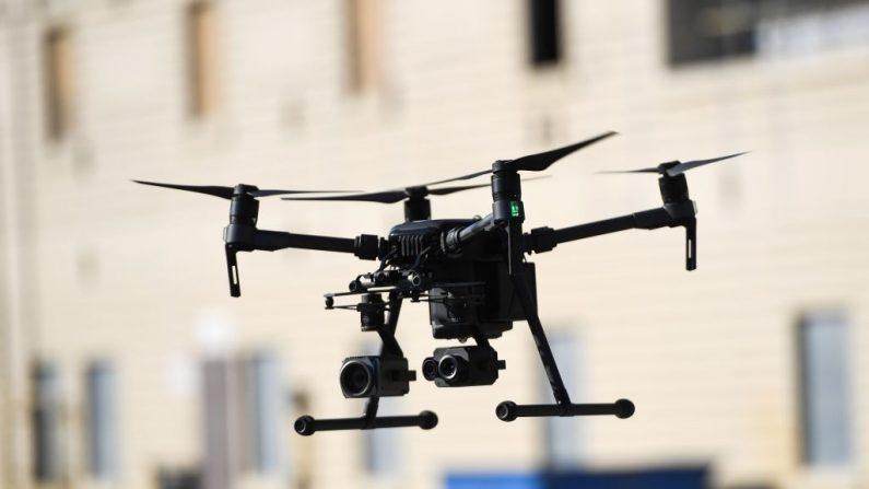 Un dron realiza una exhibición durante una demostración en el Departamento de Bomberos de Los Ángeles antes de la conferencia AirWorks de DJI en Los Ángeles, California, el 23 de septiembre de 2019. (ROBYN BECK/AFP via Getty Images)