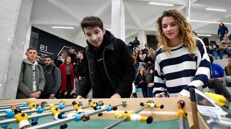 Imagen de archivo muestra a estudiantes juegando al futbolín el 14 de noviembre de 2019, en el campus de Luminy de la Universidad Aix-Marseille en Marsella. (GERARD JULIEN / AFP a través de Getty Images)