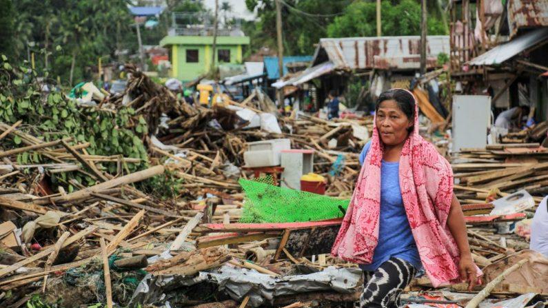 Una residente pasa los escombros de sus casas destruidas después de que el tifón Kammuri golpeara la ciudad de Sorsogon, al sur de Manila, el 3 de diciembre de 2019. (RAZVALE SAYAT / AFP / Getty Images)