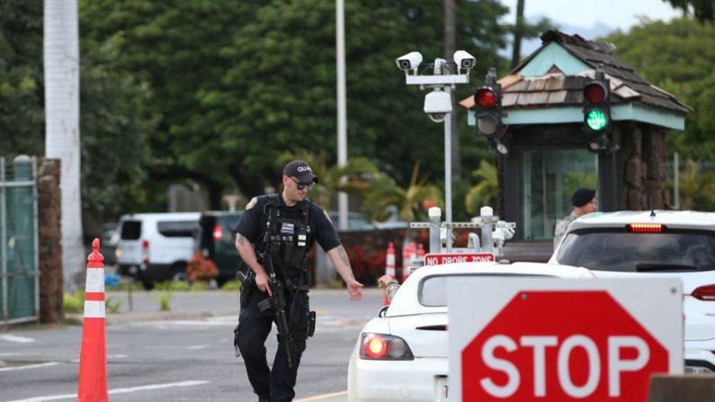 Un guardia armado con un rifle de asalto revisa los vehículos que entran por la entrada de la Puerta Nimitz de la Base Conjunta Pearl Harbor Hickam el 4 de diciembre de 2019 en Honolulu, Estados Unidos. (Foto de Darryl Oumi/Getty Images)