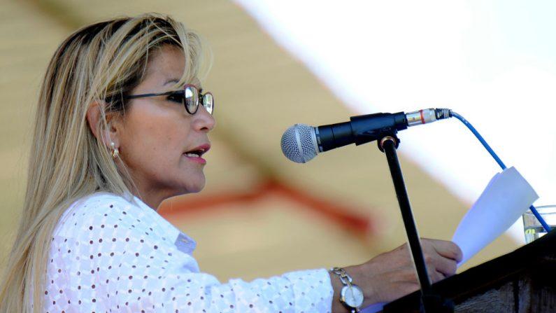 La presidente interina de Bolivia, Jeanine Anez, asiste al cierre del curso de entrenamiento XXXVIII de Satinadores, en la Escuela de Cóndores del Ejército de Bolivia, en Yacuiba, Tarija, Bolivia, el 14 de diciembre de 2019. (JORGE BERNAL / AFP a través de Getty Images)