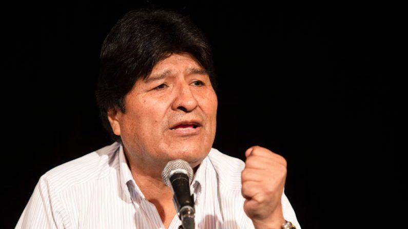El expresidente de Bolivia, Evo Morales (c), ofrece una conferencia de prensa el 17 de diciembre de 2019 en Buenos Aires, Argentina. (Stringer/Getty Images)