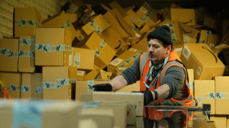 Un trabajador carga un camión con paquetes en un centro de empaque de Amazon (Foto de Sean Gallup / Getty Images)