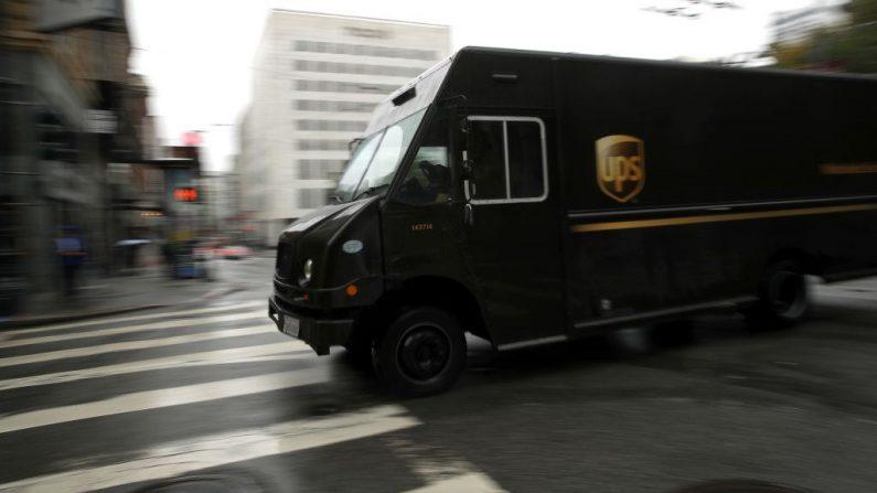 Imagen de archivo de un camión UPS recorriendo la calle Sutter el 02 de diciembre de 2019 en San Francisco, California. (Foto de Justin Sullivan/Getty Images)