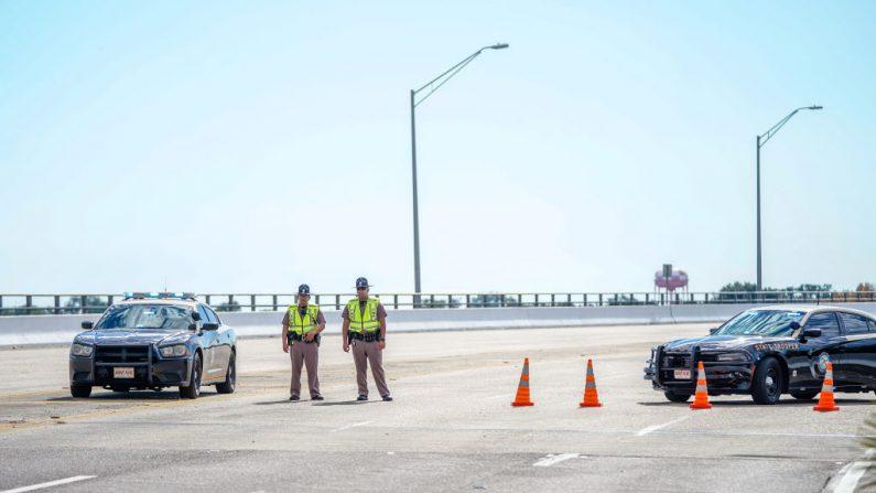 La Policía del Estado de Florida bloquea el tráfico sobre el Puente Bayou Grande que conduce a la Estación Aérea Naval de Pensacola después de un tiroteo el 06 de diciembre de 2019 en Pensacola, Florida.  (Josh Brasted/Getty Images)