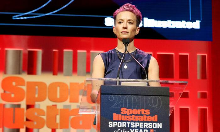 La ganadora del Premio al Deportista del Año de Sports Illustrated, Megan Rapinoe, habla en el escenario del salón de baile Ziegfeld en la ciudad de Nueva York, el 9 de diciembre de 2019. (Bennett Raglin/Getty Images para Sports Illustrated el Deportista del Año 2019)