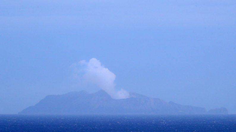 Se ve humo sobre White Island el 10 de diciembre de 2019 en Whakatane, Nueva Zelanda. Seis personas fueron confirmadas muertas y varias personas desaparecidas luego de una erupción volcánica en White Island el lunes. (Phil Walter / Getty Images)