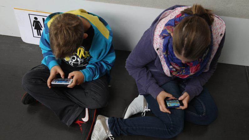 Los teléfonos inteligentes, con su acceso a redes sociales, pantallas de alta resolución, videojuegos y acceso a Internet, se han convertido en algo habitual entre los niños y adolescentes de todo el mundo. (Foto de Sean Gallup/Getty Images)