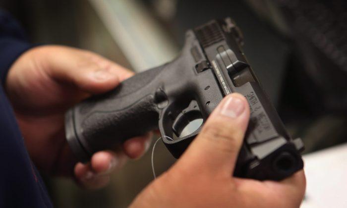Imagen de archivo de una pistola. (Scott Olson/Getty Images)