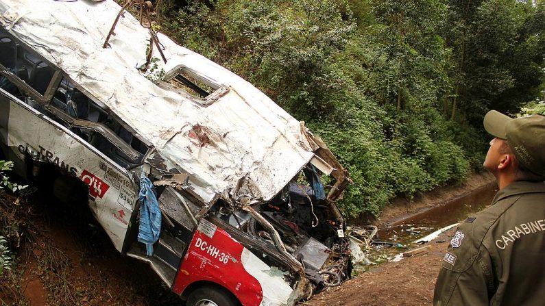 Imagen de archivo muestra un oficial de policía que trabaja en el sitio de un accidente de autobús cerca de Tomé, en la provincia de Biobio, a unos 500 km al sur de Santiago, el 9 de febrero de 2013. (GABRIELLE RAMIREZ / AFP / Getty Images)