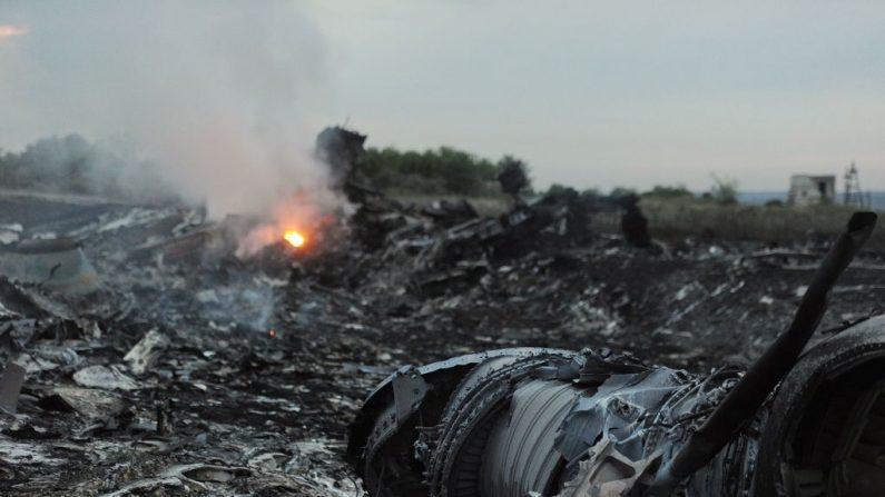 Una fotografía tomada el 17 de julio de 2014 muestra los restos del avión MH17 de Malasia que transportaba a 295 personas desde Amsterdam a Kuala Lumpur después de que se estrellara, cerca de la ciudad de Shaktarsk, en el este de Ucrania controlado por los rebeldes. (Imágenes de DOMINIQUE FAGET / AFP / Getty)