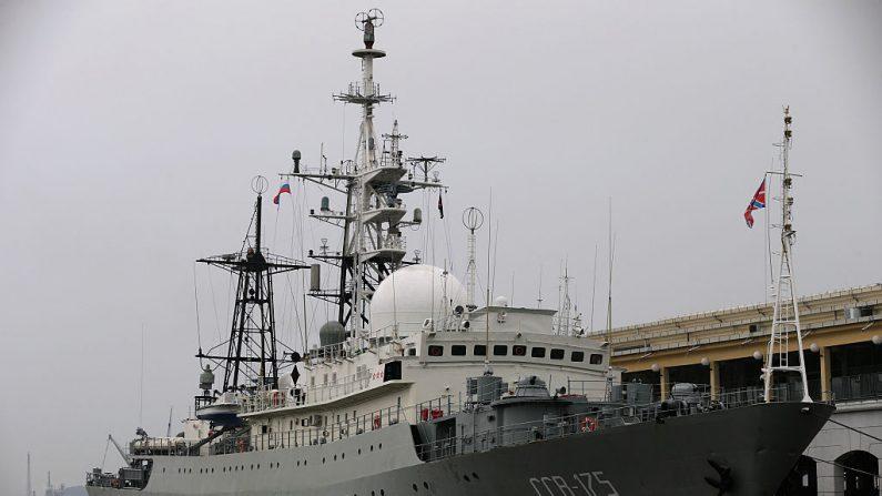 El Viktor Leonov CCB-175, un buque de guerra de inteligencia de la Armada rusa, está atracado en un muelle en La Habana Vieja en La Habana, Cuba, el 20 de enero de 2015. (Chip Somodevilla / Getty Images)