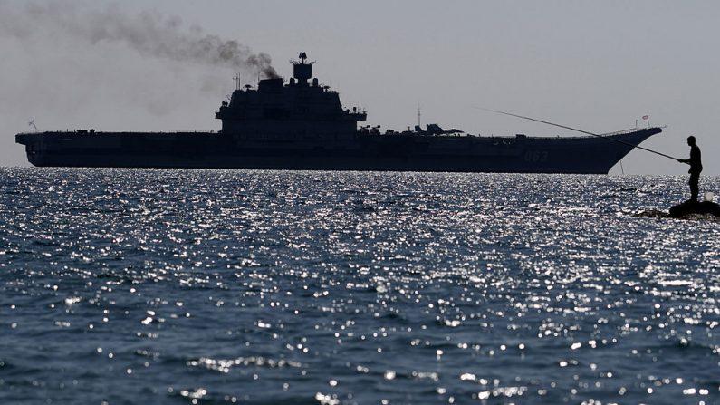 Portaaviones clase Kuznetsov de la Armada rusa atracado frente a la costa de la ciudad de Limassol, en la isla mediterránea de Chipre el 27 de febrero de 2014. (Yiannis Kourtoglou / AFP a través de Getty Images)
