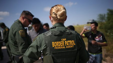 """Descubren a grupo de más de 70 inmigrantes ilegales que viajaban """"marcados"""" dentro de un remolque"""