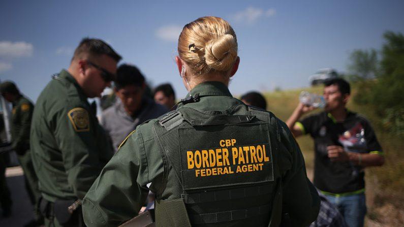 Agentes de la Patrulla Fronteriza de Estados Unidos detienen a inmigrantes indocumentados después de que cruzaran la frontera de México a los Estados Unidos el 7 de agosto de 2015 en McAllen, Texas. (John Moore/Getty Images)