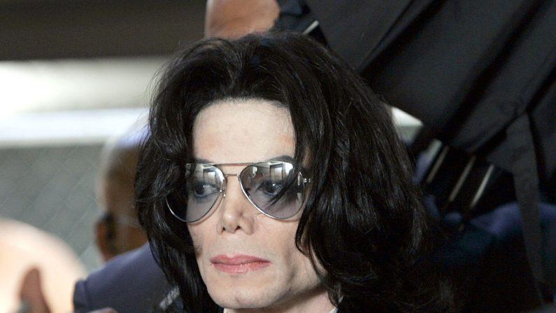 Michael Jackson se prepara para ingresar al Tribunal Superior del Condado de Santa Bárbara, en Santa María, California, el 13 de junio de 2005. (Kevork Djansezian-Pool / Getty Images)