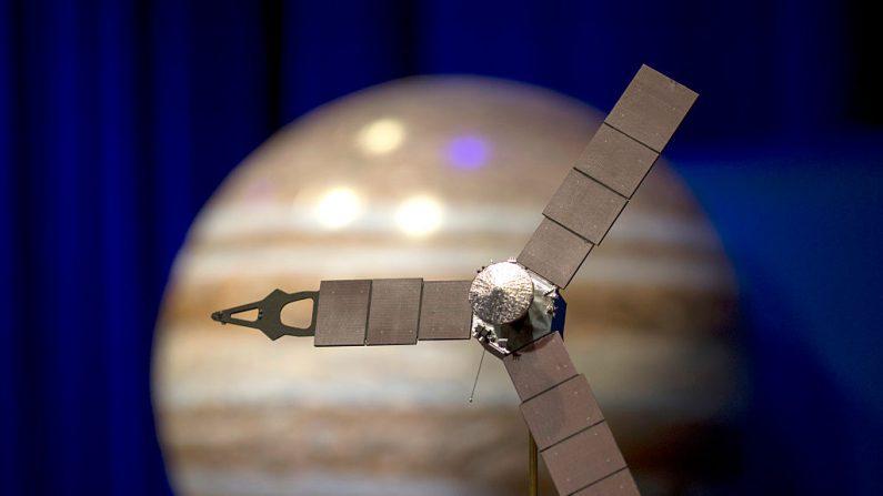 La nave espacial Juno de la NASA llega a Júpiter para entrar en órbita y recopilar datos para estudiar los enigmas bajo las cimas de las nubes, una arriesgada misión de 1.100 millones de dólares (Foto de David McNew/Getty Images)
