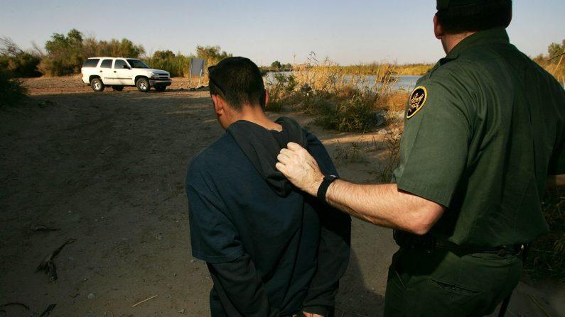 Agente de la patrulla fronteriza de Aduanas y Protección Fronteriza de los Estados Unidos arresta a un presunto inmigrante ilegal en el lado californiano del río Colorado el 17 de marzo de 2006 cerca de Yuma, Arizona. (David McNew/Getty Images)