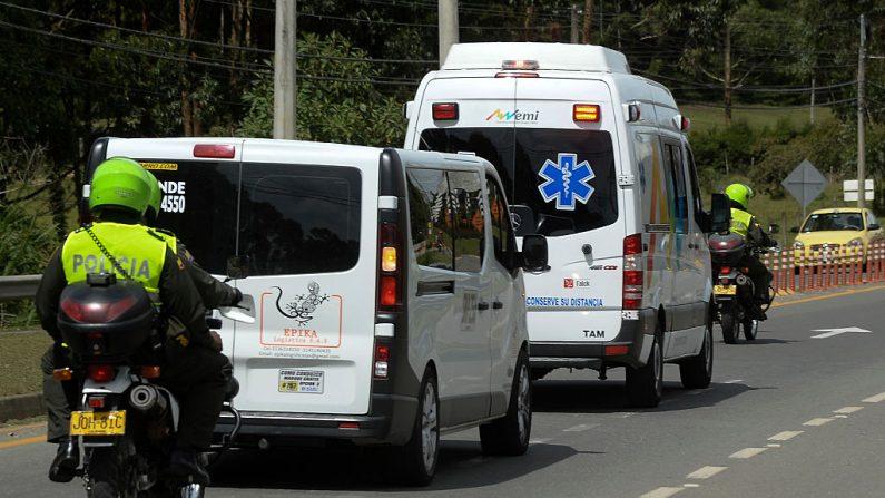 Imagen de archivo muestra a policía colombiana escoltando a la ambulancia, el 12 de diciembre de 2016. (RAUL ARBOLEDA/AFP/Images)