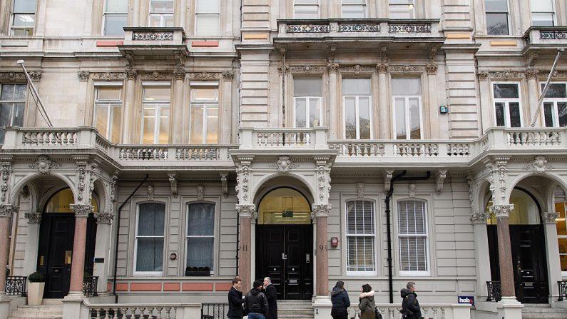 Periodistas se reúnen frente a la sede de Orbis Business Intelligence, la empresa dirigida por el exoficial de inteligencia Christopher Steele, el 12 de enero de 2017 en Londres, Inglaterra. (Leon Neal/Getty Images)