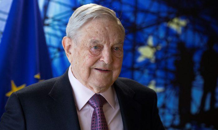 George Soros, Fundador y Presidente de Open Society Foundations, llega a una reunión en Bruselas, Bélgica, el 27 de abril de 2017. (Olivier Hoslet/AFP/Getty Images)