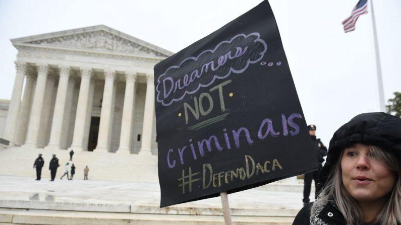 Activistas de los derechos de los inmigrantes participan en una manifestación frente a la Corte Suprema de Estados Unidos en Washington, DC el 12 de noviembre de 2019. (SAUL LOEB/AFP vía Getty Images)