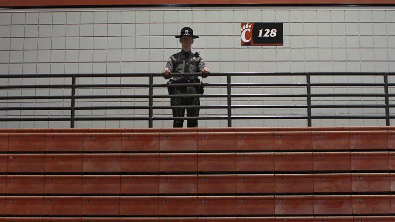 Un agente de policía observa a una multitud de partidarios mientras el aspirante demócrata a la presidencia, el senador Barack Obama (D-IL), habla durante un mitin de campaña en el Fifth Third Arena en el campus de la Universidad de Cincinnati el 25 de febrero de 2008 en Cincinnati, Ohio. (Foto de Joshua Lott/Getty Images)