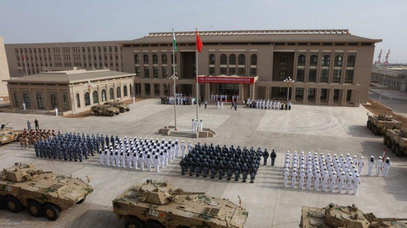 Esta foto tomada el 1 de agosto de 2017 muestra al personal del Ejército Popular de Liberación de China que asistió a la ceremonia de apertura de la nueva base militar de China en Djibouti. (STR / AFP a través de Getty Images)