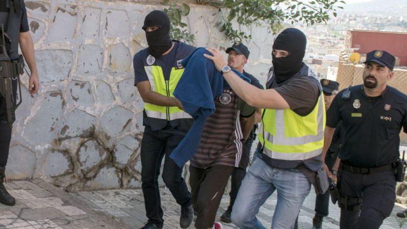 Oficiales de policía arrestan a una persona durante una operación anti-ISIS en el enclave español de Melilla, el 6 de septiembre de 2017. (BLASCO DE AVELLANEDA / AFP / Getty Images)