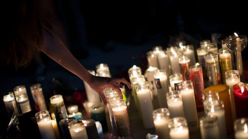 Los dolientes asisten a una vigilia a la luz de las velas. Imagen de archivo el 2 de octubre de 2017 en Las Vegas, Nevada. (Drew Angerer/Getty Images)