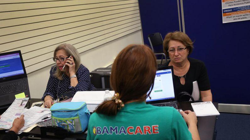 Mujeres compran seguros bajo la Ley de Cuidado de Salud Asequible en una tienda instalada en el Mall of Americas el 1 de noviembre de 2017 en Miami, Florida - foto de archivo  (Joe Raedle/Getty Images)