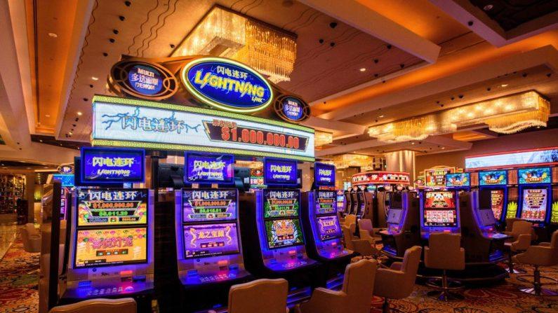 Vista interior muestra máquinas de juego en el casino del resort MGM Cotai en Macao el 13 de febrero de 2018. (EANTHONY WALLACE/AFP/Getty Images)