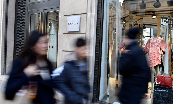 Peatones pasan junto a una tienda Lanvin en la Rue du Faubourg Saint-Honore en París el 22 de febrero de 2018. El conglomerado chino Fosun, que adquirió la marca de moda francesa en 2018, no ha logrado dar un giro al negocio. (Gerard Julien/AFP vía Getty Images)