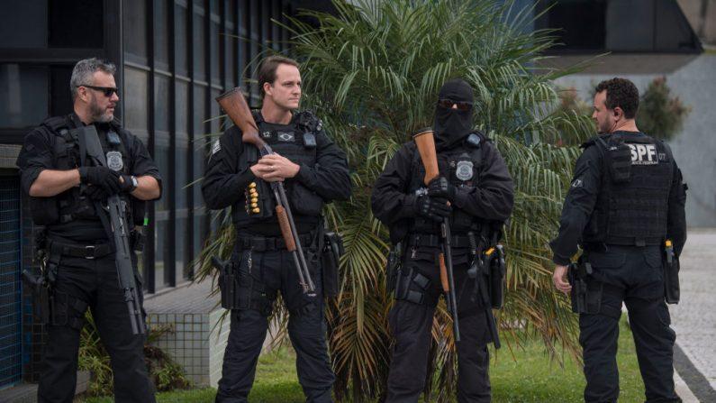 Los oficiales de policía hacen guardia fuera de la sede de la Policía Federal, el 6 de abril de 2018. (MAURO PIMENTEL/AFP/Getty Images)