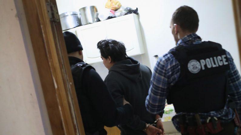 Foto de archivo del Servicio de Inmigración y Control de Aduanas (ICE) de Estados Unidos durante un arrestó a un inmigrante indocumentado durante una redada en el barrio Bushwick de Brooklyn el 11 de abril de 2018 en la ciudad de Nueva York. (Créditos: John Moore/Getty Images)