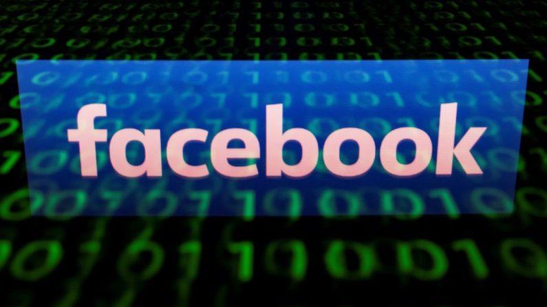 Esta imagen ilustrativa tomada el 29 de abril de 2018 muestra el logotipo de la red social Facebook en una tableta en París, Francia. (LIONEL BONAVENTURE/AFP/Getty Images)