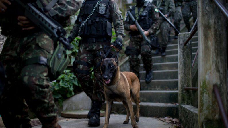Miembros de las Fuerzas Armadas de Brasil patrullan durante una operación dentro de las favelas de Chapeu-Mangueira y Babilonia en el barrio de Leme, en Río de Janeiro, Brasil, el 21 de junio de 2018. (MAURO PIMENTEL / AFP / Getty Images)
