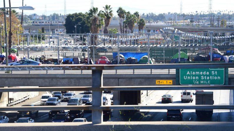 Carpas ocupadas por una fila de personas sin hogar en un paso elevado de autopista en Los Ángeles el 2 de diciembre de 2015. (Frederic J. Brown/AFP a través de Getty Images)