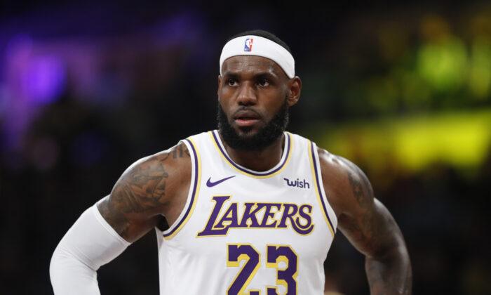 LeBron James # 23 de Los Angeles Lakers observa durante la primera mitad de un juego contra los Golden State Warriors en Los Ángeles el 16 de octubre de 2019. (Sean M. Haffey/Getty Images)