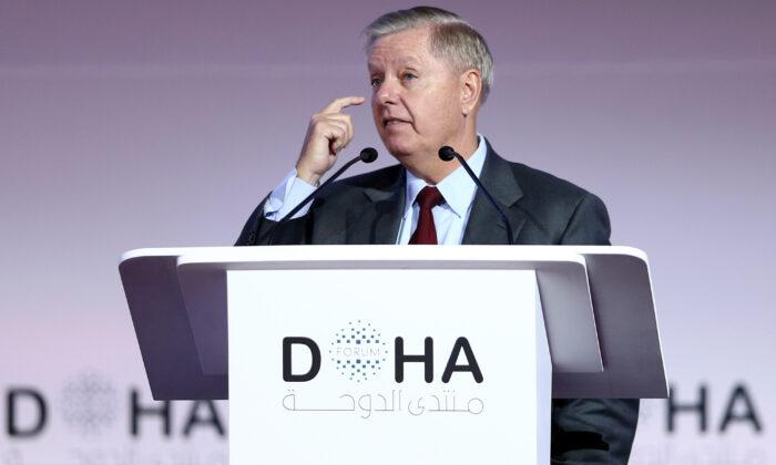 El senador estadounidense Lindsey Graham (R-S.C.), presidente del Comité del Senado para el Poder Judicial, habla durante una sesión plenaria del Foro de Doha en la capital qatarí el 14 de diciembre de 2019. (MUSTAFA ABUMUNES/AFP vía Getty Images)
