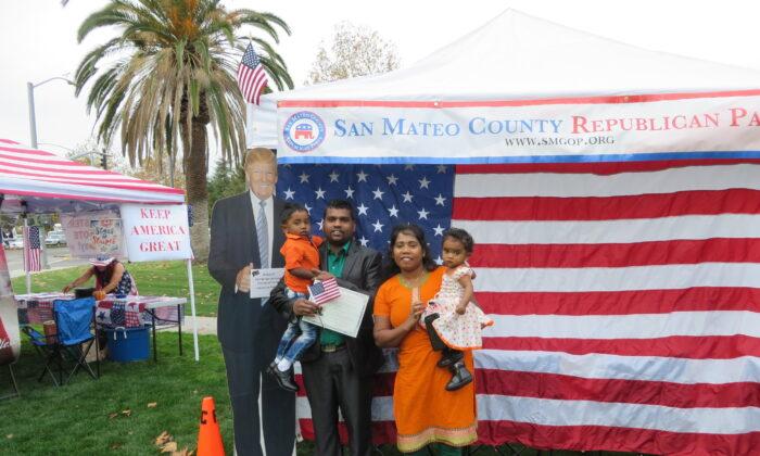 Matheeswaran Tharmarathinan y su familia se tomaron una foto con el recorte de Trump el 26 de noviembre en la Ceremonia de Naturalización en el condado de Santa Clara. (Nathan Su / La Gran Época)