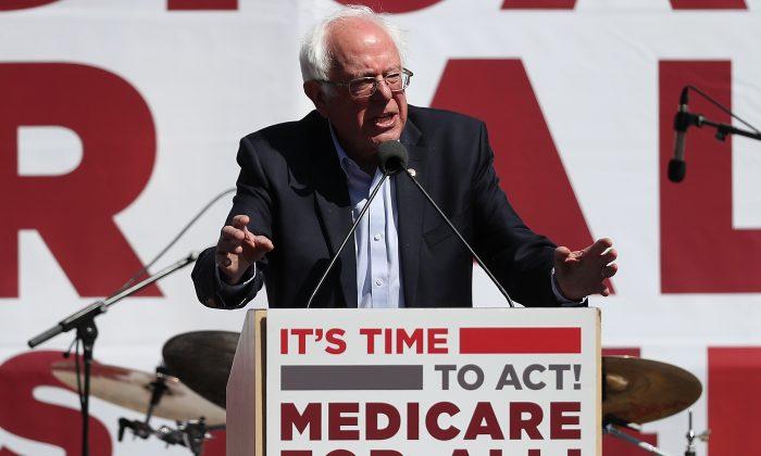 El senador Bernie Sanders (I-Vt.) habla durante un mitin sobre el cuidado de la salud en la Convención 2017 de la Asociación de Enfermeras de California/Comité Organizador Nacional de Enfermeras en San Francisco, California, el 22 de septiembre de 2017. (Justin Sullivan/Getty Images)