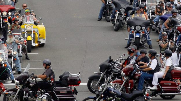 Dezenas de motociclistas escoltam crianças vítimas de abuso para a escola e apoiam vítimas de abuso infantil nos EUA