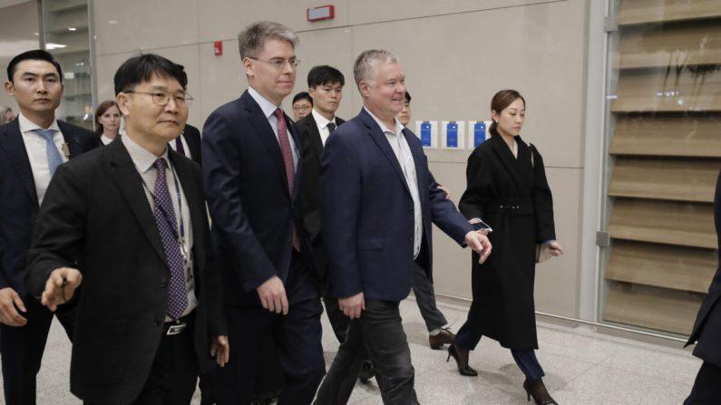 El Representante Especial de Estados Unidos para Corea del Norte, Stephen Biegun, en el centro, llega al Aeropuerto Internacional Incheon en Incheon, Corea del Sur, el 15 de diciembre de 2019. (Foto AP/Lee Jin-man)